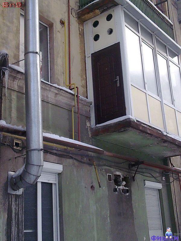 Дверь с балкона на улицу.